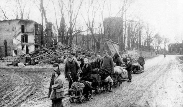Wiosna 1945 r. Niemcy z Prus Wschodnich uciekają przed Armią Czerwoną. Ci, którzy zostali i przetrwali falę grabieży, gwałtów i morderstw, i tak musieli porzucić swoje domy. Obszary przyznane Polsce, ZSRR i Czechosłowacji opuściło w czasie wojny i po niej od 12 do 15 mln Niemców