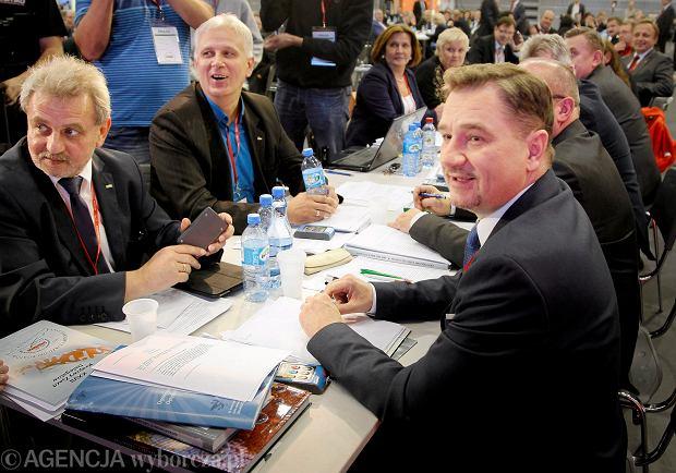 Piotr Duda przyjmuje gratulacje na zjeździe