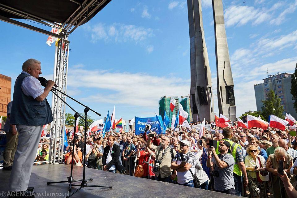 Protest w obronie niezależności sądów na Placu Solidarności w Gdańsku z udziałem Lecha Wałęsy