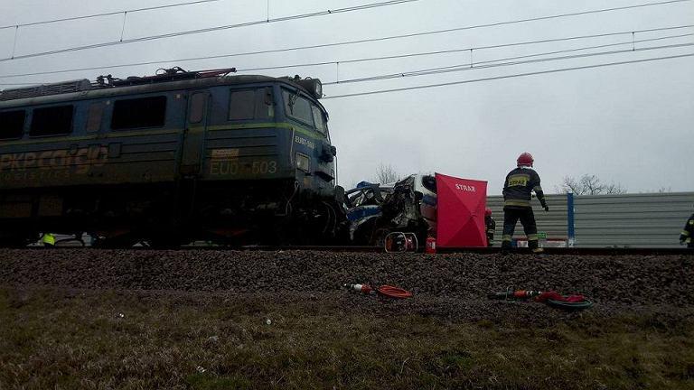 Pociąg uderzył w radiowóz. Zginął policjant