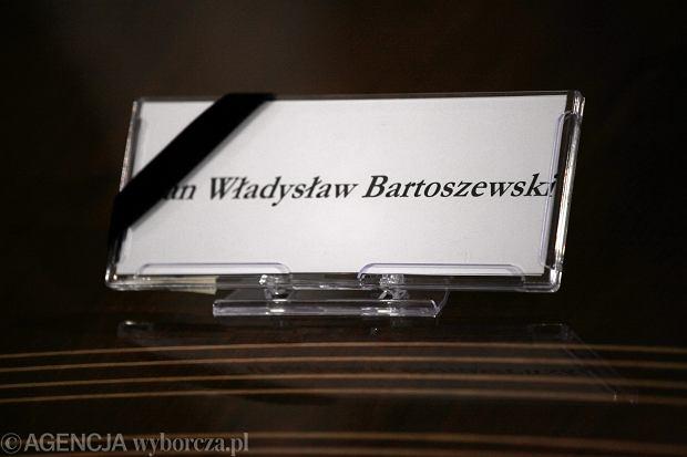 Tabliczka z nazwiskiem prof. Bartoszewskiego na jego miejscu w sali, w której odbywają się rozmowy polsko-niemieckie