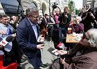 Wybory 2015. Komorowski wyszedł na ulice Warszawy porozmawiać z wyborcami. I pytanie: Jak żyć za 2 tys. zł?