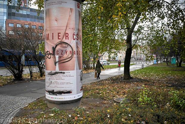 Teatr Polski we Wrocławiu. Zamazany plakat spektaklu