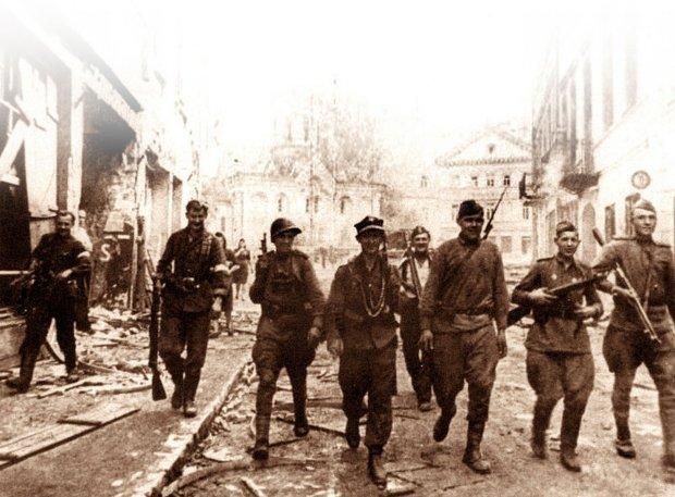 Armia Krajowa walczyła razem z Armią Czerwoną przeciw Niemcom na Wołyniu, we Lwowie i w Wilnie. Na zdjęciu: połączony patrol polsko-sowiecki na wileńskiej ulicy Wielkiej (dziś Didżioji), lipiec 1944 r.