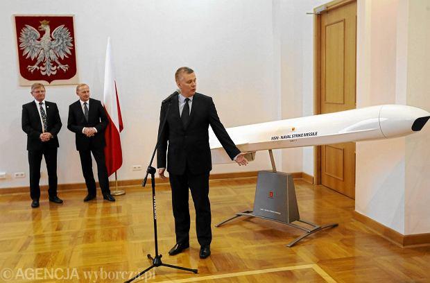 Wicepremier, minister obrony narodowej Tomasz Siemoniak w grudniu 2014 r. podpisał umowę o wartości ok. 800 mln zł z norweską firmą Kongsberg Defence Systems Harald Annestad na dostawę uzbrojenia  dla drugiego Nadbrzeżnego Dywizjonu Rakietowego