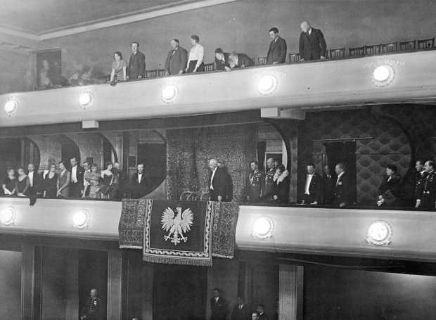 Godło państwowe ozdabia lożę prezydenta Rzeczpospolitej Ignacego Mościckiego w Teatrze Nowości w Warszawie. Zdjęcie zostało zrobione podczas operetki