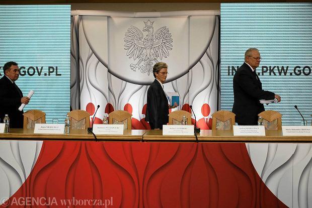 Sędziowie PKW wchodzą na salę, gdzie późnym wieczorem w sobotę, ogłosili wyniki wyborów samorządowych