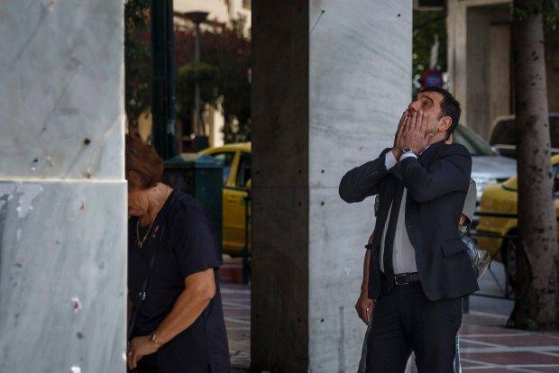 Grecy i turyści w Grecji masowo wypłacają gotówkę z bankomatu