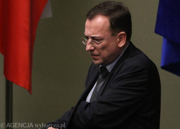 Mariusz Kamiński 16 listopada odebrał nominację na ministra ds. służb specjalnych. Został też ułaskawiony przez prezydenta Andrzeja Dudę. Były szef CBA został nieprawomocnie skazany na trzy lata więzienia za nadużycie uprawnień podczas tzw. afery gruntowej. Na zdjęciu: 18 listopada 2015 r. w Sejmie, podczas debaty po exposé premier Szydło