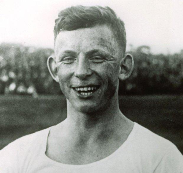 ERNEST WILIMOWSKI (1916-97) Napastnik Ruchu Chorzów. Jedyny piłkarz, który w polskiej ekstraklasie zdobył dziesięć goli w meczu. Uwielbiał zabawę w damskim towarzystwie. Po wojnie wyklęto go w Polsce za podpisanie volkslisty oraz grę w niemieckich klubach i reprezentacji III Rzeszy. Osiadł w Karlsruhe, karierę zakończył w 1953 r. w wieku 43 lat.