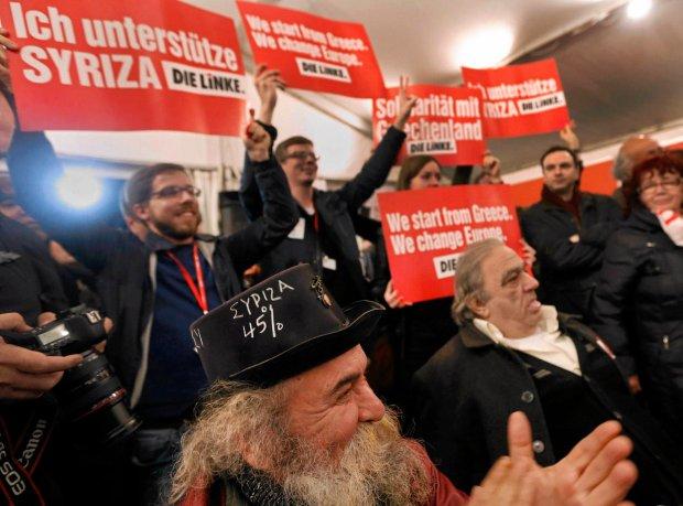 Alexis Tsipras i jego zwolennicy cieszą się w sztabie SYRIZY po ogłoszeniu wyników wyborów