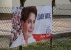 Wybory parlamentarne 2015. Baner PiS na kościelnym płocie w Poznaniu