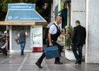 Wszyscy wybierają pieniądze z bankomatów - Grecy i turyści