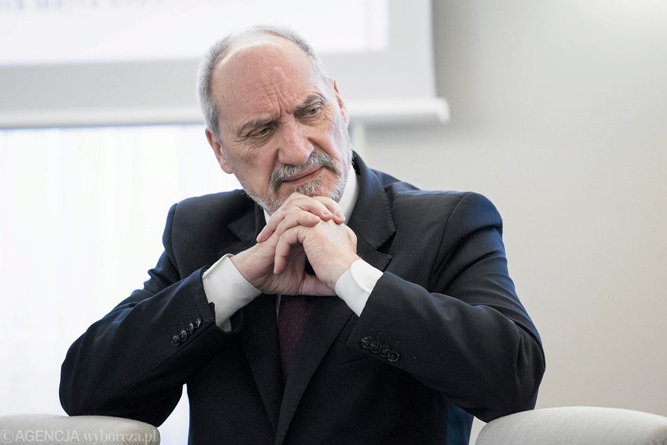 Sąd unieważnił decyzję MON o degradacji byłej funkcjonariusz Służby Kontrwywiadu Wojskowego, major Magdaleny E. Na zdjęciu szef MON Antoni Macierewicz.