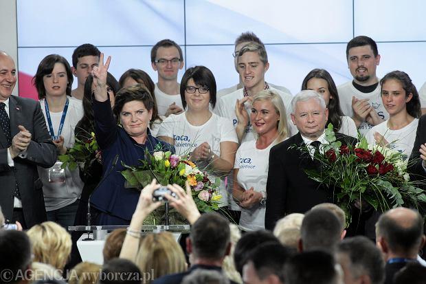 Beata Szydło i Jarosław Kaczyński podczas wieczoru wyborczego w sztabie PiS