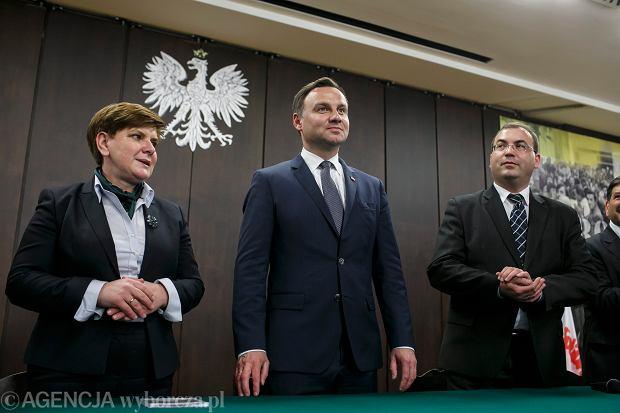 Beata Szydło (na zdjęciu po lewej), szefowa sztabu Andrzeja Dudy, wyraża