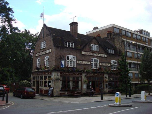 Oryginalna londyńska Carlton Tavern przed wyburzeniem