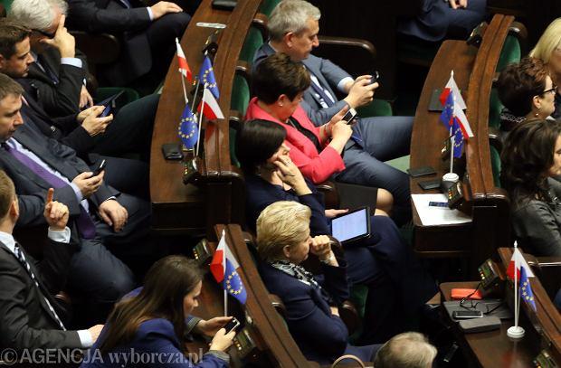 Posłowie PO z chorągiewkami Polski i Unii Europejskiej podczas wczorajszego posiedzenia Sejmu