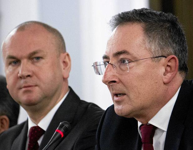 Szef CBA Paweł Wojtunik (z lewej) i były szef MSW Bartłomiej Sienkiewicz podczas międzynarodowej konferencji korupcyjnej w Warszawie, grudzień 2013 r. Wojtunika posądzano o to, że wraz z innymi funkcjonariuszami służb chciał się pozbyć Sienkiewicza z Ministerstwa Spraw Wewnętrznych