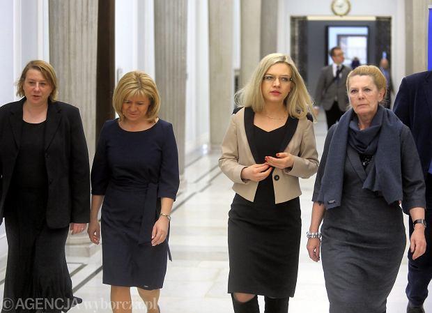 Magdalena Merta, Ewa Błasik, Małgorzata Wassermann i Ewa Kochanowska podczas konferencji w Sejmie