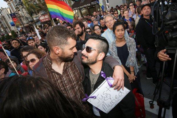 Dwóch gejów z San Francisco tuż po zawarciu związku małżeńskiego