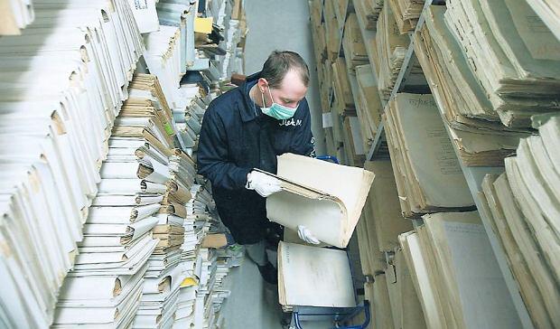 Archiwum IPN w starej siedzibie Instytutu przy ul. Towarowej w Warszawie (zdjęcie z lutego 2005 r.). Na akta czeka się w IPN od jednego do trzech miesięcy. Jeśli materiały są już skatalogowane, można je dostać szybciej, ale co najmniej po tygodniu. Dostęp od ręki jest niemożliwy