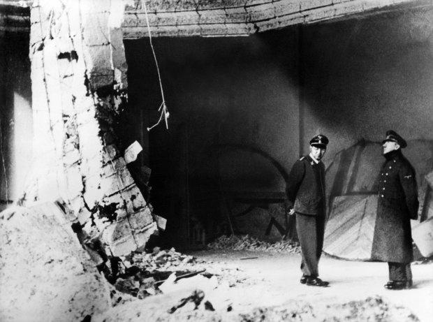 Berlin, kwiecień 1945 r., jedno z ostatnich zdjęć Adolfa Hitlera. Führer (z prawej) ogląda uszkodzony gmach Kancelarii Rzeszy. Znajdował się pod nią podziemny bunkier, w którym z najbliższym otoczeniem spędził ostatnie tygodnie życia. Nazwisko towarzyszącego mu oficera nie jest znane.