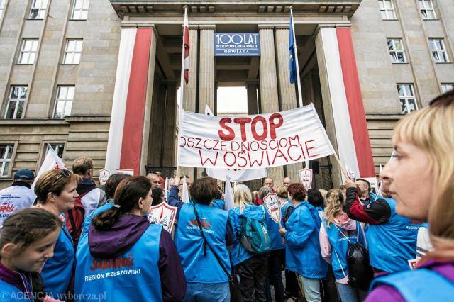 Znalezione obrazy dla zapytania protest nauczycieli zdjecia