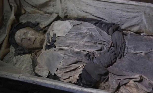 Zwłoki biskupa Pedera Winstrupa po ponad 300-letnim pobycie w trumnie