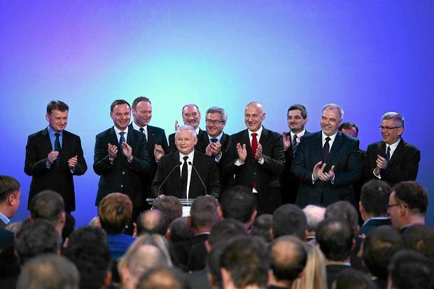Wieczór wyborczy partii podczas eurowyborów w 2014 r. Wielu z obecnych na scenie wystartuje jesienią do parlamentu. Najbliżej Jarosława Kaczyńskiego (jedynka w Warszawie) inni pewni liderzy list PiS.  Na zdjęciu z lewej za prezesem Marcin Mastalerek (Sieradz), z tyłu Antoni Macierewicz (Piotrków Trybunalski), po prawej Joachim Brudziński (Szczecin)