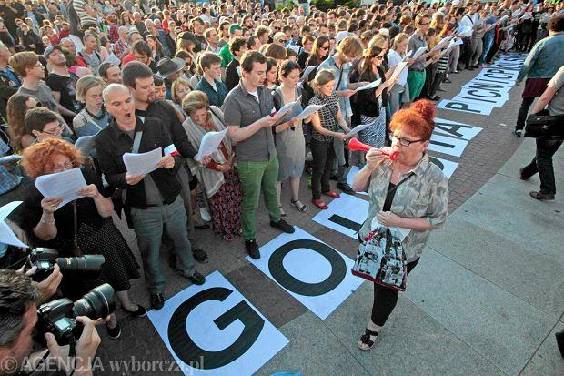 Przedstawicielka Poznańskiego Związku Patriotycznego próbuje zagłuszyć odczyt sztuki