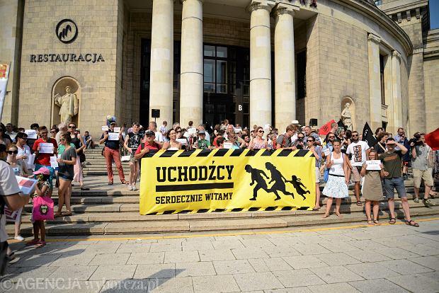Unia Europejska coraz silniej przypomina o obietnicach i traktatach odnośnie do uchodźców, żądając zwiększenia pomocy. Na zdjęciu: tak Polacy witali uchodźców w lipcu w Warszawie.