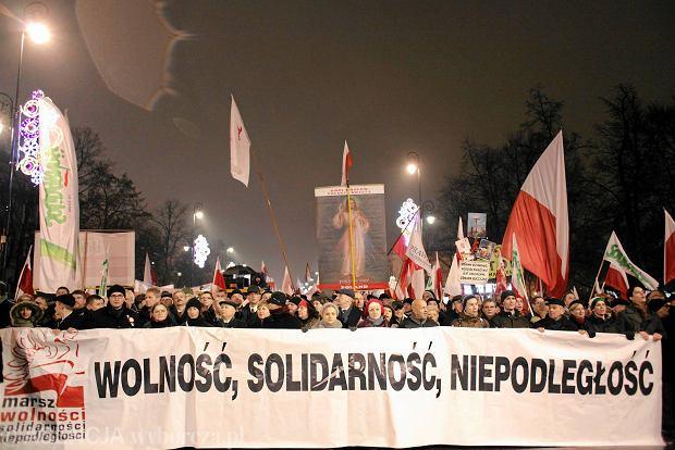 Ubiegłoroczny Marsz Wolności, Solidarności i Niepodległości zorganizowany przez Prawo i Sprawiedliwość w Warszawie. Demonstranci przeszli 13 grudnia 2013 r. z pl. Trzech Krzyży pod Belweder