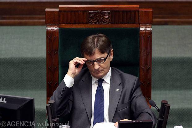 Marszałek Sejmu Marek Kuchciński nie dopuszcza posłów opozycji do głosu, stosując różne wybiegi