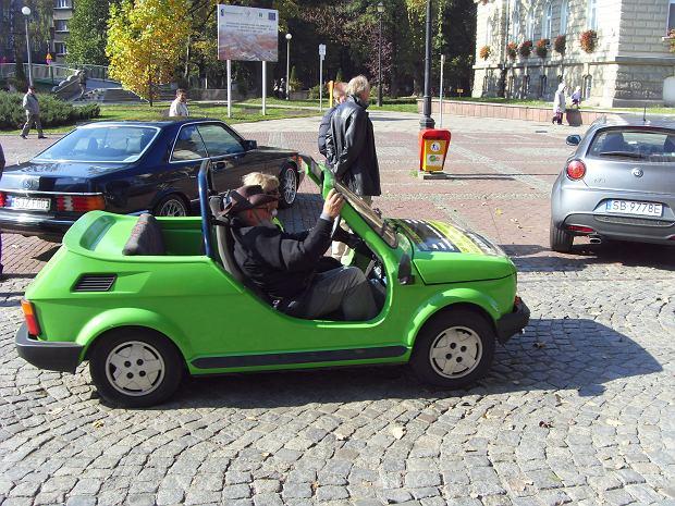 Oprócz dziwnych, futurystycznych produktów, toyota zaprezentowała w tokio także samochody tradycyjne. Maluch kabriolet