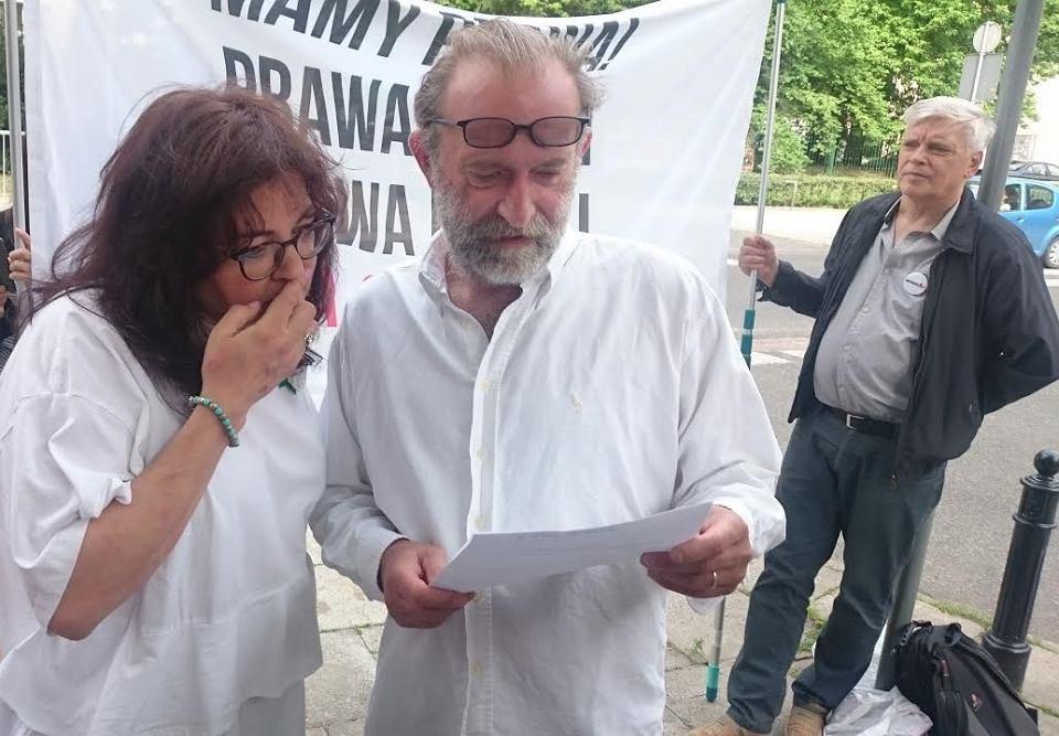 Agnieszka Markowska i Wojciech Kinasiewicz czytają pouczenie wręczone im przez policjantów