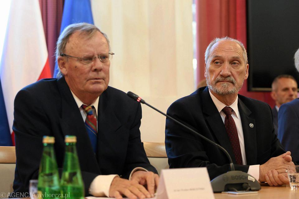 Wacław Berczyński i minister obrony w rządzie PiS Antoni Macierewicz podczas konferencji podkomisji do spraw zbadania katastrofy smoleńskiej