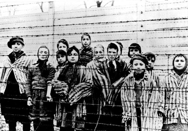 Polityka historyczna w Polsce jest histeryczna i bazuje na stereotypach. Poważne kraje, bez kompleksu niższości, nie będą protestować. Na zdjęciu: 1945 r., zdjęcie dzieci w Auschwitz zrobione tuż po wyzwoleniu obozu