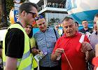 Opole 2016. Ochroniarze festiwalu odbierają widzom flagi i gadżety KOD