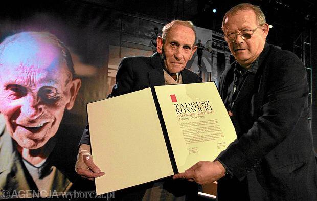 18.05.2012 Tadeusz Konwicki i Adam Michnik podczas ceremonii przyznania tytułu Człowiek Roku 2012 w siedzibie