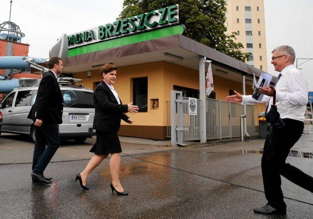 Kandydatka PiS na premiera Beata Szydło i szef sztabu wyborczego tej partii Stanisław Karczewski wczoraj przed Kopalnią Węgla Kamiennego