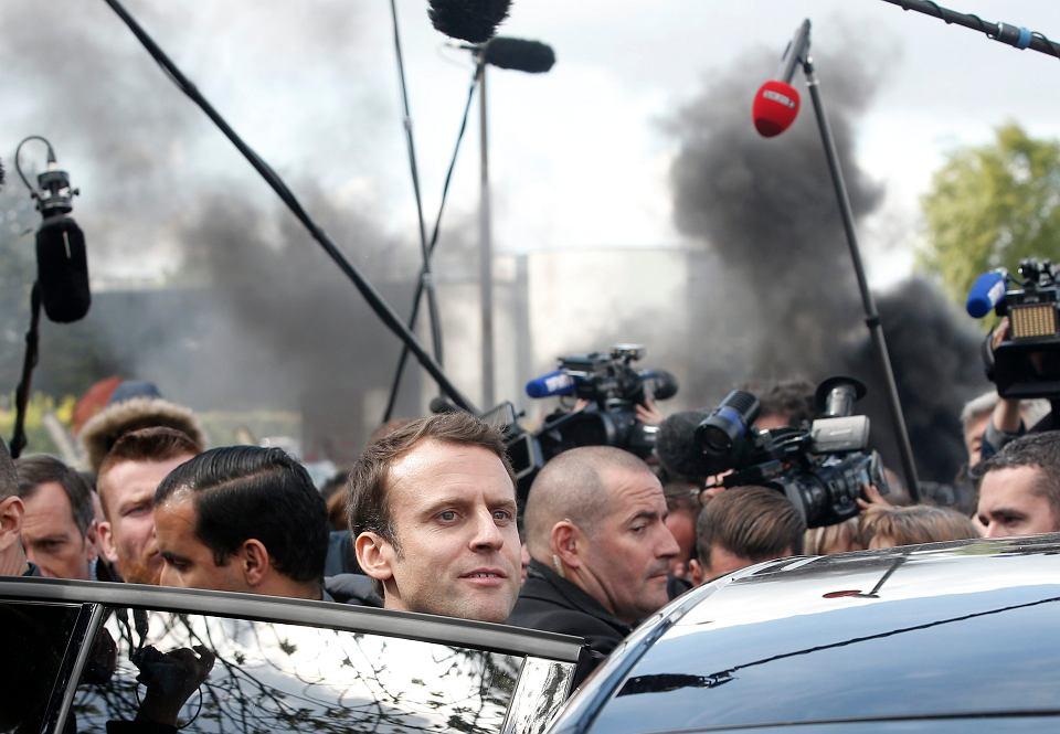 Emmanuel Macron opuszcza przeznaczoną do zamknięcia fabrykę Whirlpoola w Amiens, której załoga strajkuje