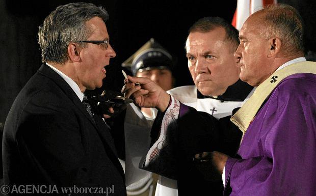 Cała Polska dyskutowała o tym, czy ustępującemu prezydentowi Komorowskiemu należy dawać komunię świętą. Na zdjęciu: Bronisław Komorowski podczas mszy w trakcie obchodów 69. rocznicy wybuchu Powstania Warszawskiego