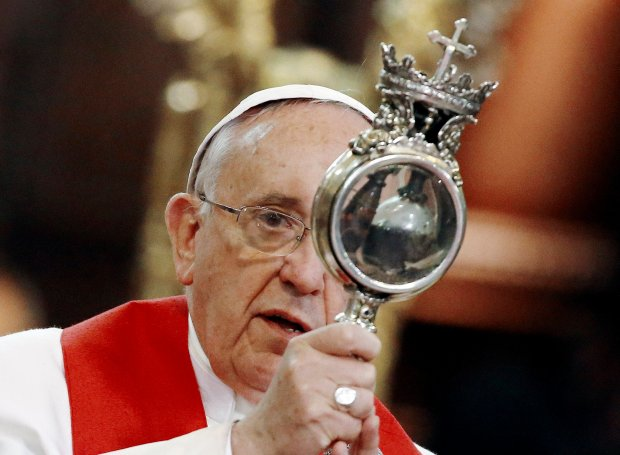 Papież Franciszek z relikwiami św. Januarego