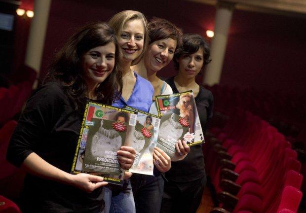 Aktorki z grupy teatralnej Primas De Riesgo pozują do zdjęcia z magazynami erotycznymi oraz dołączonymi do nich biletami