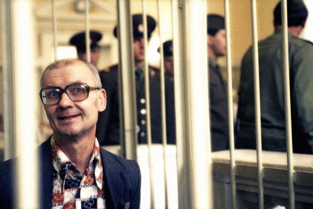Czikatiło podczas procesu. Władze radzieckie długo ukrywały przed społeczeństwem fakt, że w obwodzie rostowskim (a potem także w innych częściach Związku Radzieckiego) krąży seryjny morderca - zdaniem ideologów tacy dewianci nie mogli się rodzić i działać w ZSRR. Tym większy szok wzbudziła skala zbrodni Czikatiły ujawniona po jego ujęciu. Władze zgodziły się na proces przy drzwiach otwartych, ale do chwili jego rozpoczęcia wizerunek zabójcy nie był powszechnie znany. W mediach próbowano go odczłowieczyć, w areszcie zapewne poddano działaniu narkotyków, a w sali sądowej wsadzono do metalowej klatki. Nie udało się jednak ukryć tego, że Czikatiło prowadził podwójne życie: był wzorowym obywatelem i seksualnym maniakiem-zabójcą.