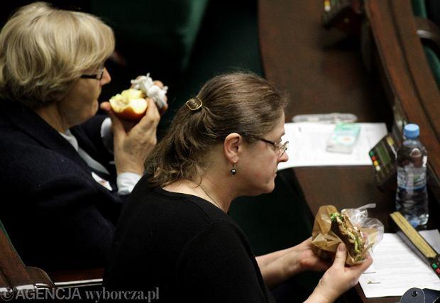Krystyna Pawłowicz z jedzeniem na sali sejmowej