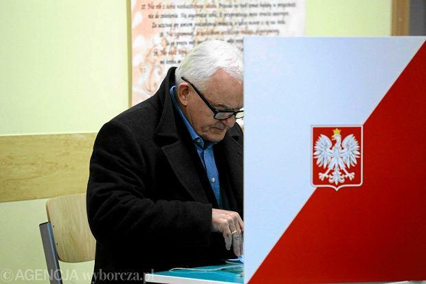 Leszek Miller wypełnia kartę do głosowania w niedzielnych wyborach samorządowych. Słychać głosy, że lider SLD popełnił polityczne samobójstwo, żądając z PiS unieważnienia tych wyborów