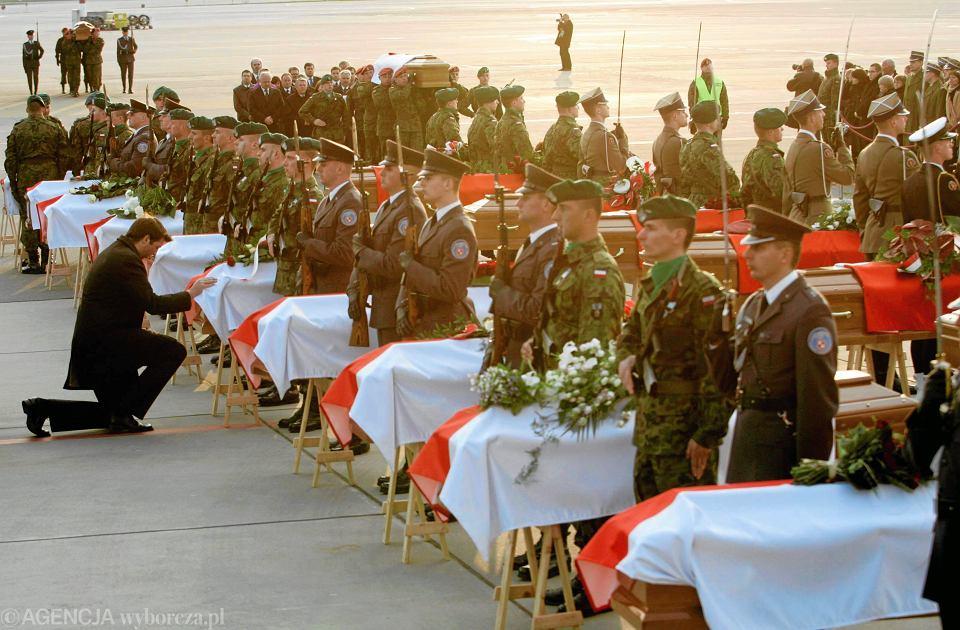 Czy rodziny mogą zaskarżyć decyzję o ekshumacji? N/z.: wojskowa asysta przy trumnach z ciałami ofiar katastrofy smoleńskiej. Wojskowe lotnisko na Okęciu, 23.04.2010