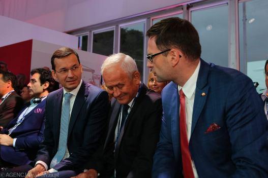 Minister energii w rządzie PiS Krzysztof Tchórzewski(c), obecny premier Mateusz Morawiecki (l), oraz były wójt Pcimia, obecnie prezes Energa SA Daniel Obajtek (l) podczas XXVII forum Ekonomicznego. Krynica 5 września 2017